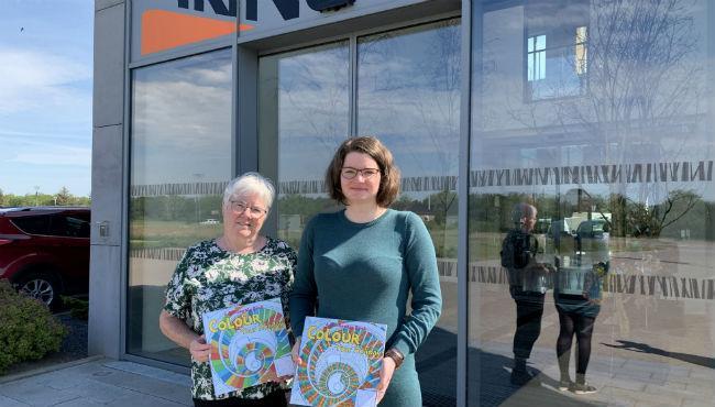 Christiane (tv) og Anne-Sophie Bech har givet mundtligt tilsagn til, at vi bruger fotos af dem i forbindelse med malebogen. Foto: Merete Jensen