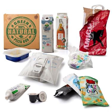 Billede med eksempler på affald, som sorteres som restaffald. Eksemplerne er en pizzabakke, en smørbakke, en støvsugerpose, en tom pose fra kattemad, en brugt ble, en tom tandpastatube, kaffe-kapsler og forskellige poser fra snacks.